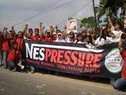 El sindicato de trabajadores de Nestlé Indonesia —Panjang—, miembro del sindicato internacional de trabajadores alimentarios ( IUF por sus siglas en inglés), emprendió una exitosa campaña de dos años por el derecho a negociar salarios, pese a la intensa presión ejercida por la compañía sobre los miembros del sindicato y sus familias. El IUF ha hecho campaña contra la política de Nestlé de erradicar los empleos permanentes y reemplazarlos con empleos subcontratados o dislocados, y de su negativa a aceptar el IUF como un interlocutor válido que represente a los trabajadores de Nestlé a nivel mundial. Por otra parte, el ala local del IUF en Nueva Zelanda, ha desarrollado una relación de cooperación con Fonterra, formalizada en un acuerdo-marco que regula las relaciones laborales en la compañía y que firmaron en 2002 Fonterra, el IUF y el New Zealand Dairy Workers' Union (NZDWU). Así que ¿qué ocurre cuando Fonterra y Nestlé se juntan, como lo hicieron en América Latina con su empresa conjunta Dairy Partners of America? Según el secretario general del NZDWU, James Ritchie, Fonterra actúa como cualquier otra corporación internacional cuando se trata de sus operaciones en el extranjero, y el sindicato que el representa no ha podido hacer que la compañía coopere para implementar este acuerdo-marco fuera del país. Para mayor información, vea el sitio web de IUF (www.iuf.org) o el sitio web que creó, NestleWatch (www.iuf.org/cms/). (Foto: IUF)