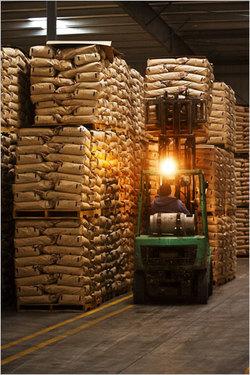 Des millions de kilos de lait en poudre appartenant au gouvernement stockées dans un entrepôt à Fowler, en Californie, aux États-Unis. La poudre de lait écrémé et entier est la principale forme sous laquelle s'effectuent le commerce du lait au niveau mondial, puisque le lait frais est trop périssable pour ce commerce (Photo: Peter DaSilva/NYT).