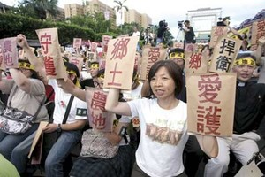 Taiwanese farmers protesting loss of their land to industrial development. (Photo: Munch Kao/Taiwan Rural Front)