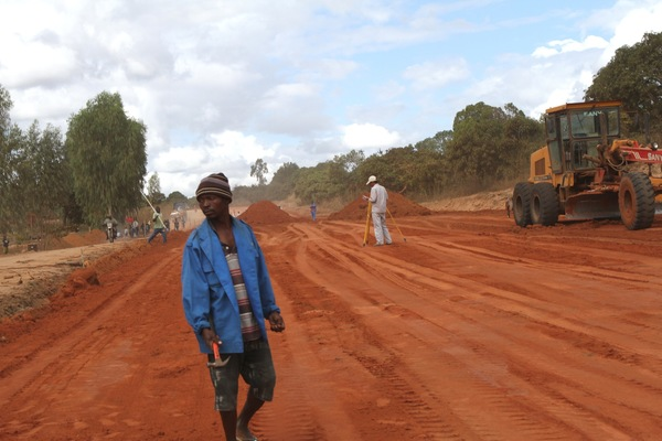 Construction of infrastructure to support large-scale agriculture is under way throughout the Nacala Corridor. (Photo: Erico Waga for GRAIN)